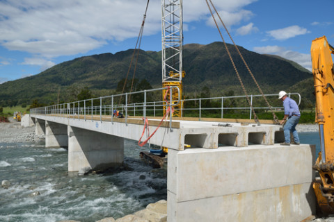 New bridge crossing Clarence River nearing completion